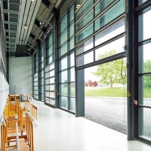 Фото 7 - Крупногабаритные алюминиевые ворота с остеклением ALR 67 Thermo Glazing.